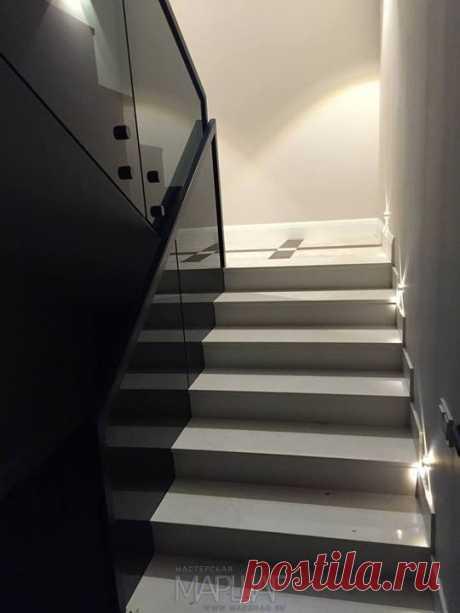 Изготовление лестниц, ограждений, перил Маршаг – Черные перила из стекла установка