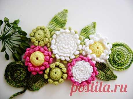 В наши дни все большую популярность обретают вязаные украшения, в том числе и цветы. Если связать цветок крючком, то само изделие будет выглядеть воздушным и невесомым, что придется по вкусу многим молодым девушкам и даже взрослым женщинам. Нередко такой элемент декора можно увидеть на зимних шапках, теплых уютных свитерах и даже на брелоках к ключам или сумочке.