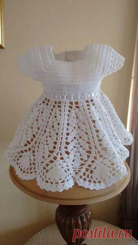 Очень элегантный это платье в вязаной пряжи. с мерами для каждого возраста. смотрите - узоры вязания крючком бесплатно