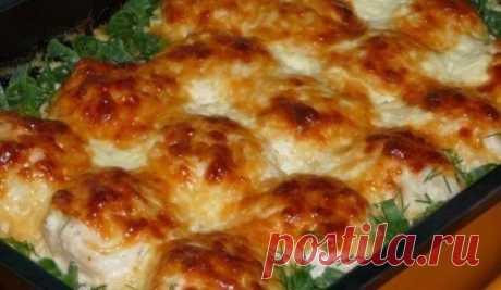 Куриные шарики в сливочном соусе. Необыкновенная вкуснятина Ингредиенты: -500 г куриного филе -1 луковица -1 яйцо -3 зубчика чеснока -200 мл сливок -150 г твердого сыра Приготовление: 1. Куриное филе слегка отбить и мелко порезать, затем добавить мелко шинкованный лук, посолить, поперчить, влить взбитое в пену яйцо и хорошенько перемешать.  2. Форму для запекания смазать жирными сливками. Из приготовленной массы формировать небольшие шарики и выкладывать их в форму. Запекать в разогретой до 18