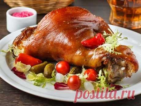 Свиная рулька по-баварски: царское блюдо на вашем столе - На Кухне Свиная рулька по-баварски! Свиная рулька это нижняя часть свиной ноги, то есть голень. На первый взгляд кажется, что мясо в этой части туши жилистое и может