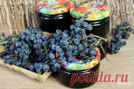 Густой джем из синего винограда.