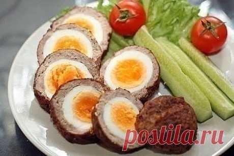 ЯЙЦА ПО-ШОТЛАНДСКИ  Ингредиенты:  - 7 яиц  - 300 г свинины  - 300 г говядины  - 1 ч.л. соли  - 1 ч.л. зелени  - 1/2 ч.л. тертого мускатного ореха (или без него) - 800 мл масла  Приготовление:  1. Сварите яйца. Варите не более 4-5 минут после закипания. Мясо очистите от жил и лишнего жира, затем сделайте однородный мелко рубленый фарш. Добавьте в фарш сырое яйцо и как следует вымесите. Посолите и добавьте специи. Перемешайте.  2. Разделите фарш на 6 равных частей. Из каждой...