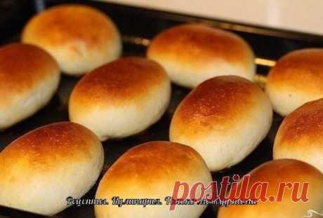 Пирожки, как у бабушки: 5 простых рецептов  1. Печеные пирожки с творогом для теста: - кефир – 250 мл, - яйцо – 1 шт., - сахар – 1 ст.л., - разрыхлитель – 1 ч.л., - растительное масло – 3 ст.л., мука – 400 г, - соль; для начинки: - твердый сыр – 100 г, - моцарелла – 100 г, - творог – 200 г, - яйцо – 1 шт., - соль, - перец, - сушеный базилик.  Приготовление: Яйцо взбейте вилкой или венчиком с солью и сахаром, добавьте кефир и растительное масло. В полученную м...
