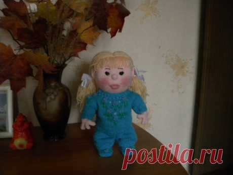 The knitted doll Alenka is the cheerful little girl!