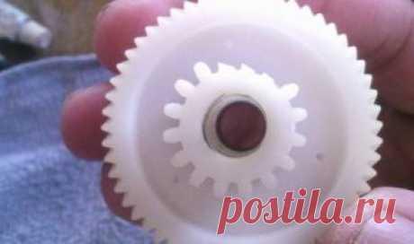 Как восстановить пластмассовую шестеренку В сегодняшнее время, вокруг нас работают очень много механизмов где используются пластмассовые шестеренки. Причем, это могут быть как и игрушечные машинки, так и вполне серьезные вещи, к примеру, антенный подъемник в автомобиле, редуктор спиннинга, и тп. Причины поломки шестеренок могут быть
