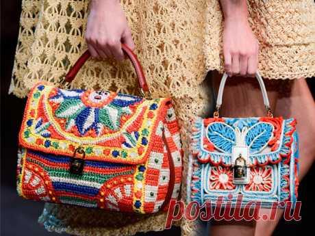 Оригинальные сумки, связанные спицами     Вязаные сумки спицами стали очень популярны в последнее время. Многие женщины предпочитают связать такое изделие своими руками, нежели купить его в магазине. Конечно, купленный аксессуар будет отл…