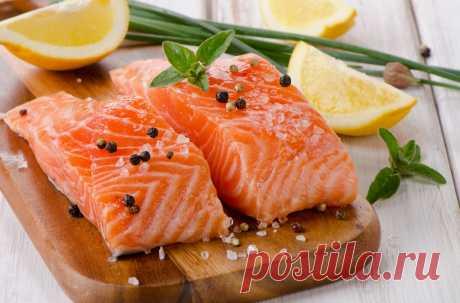 Список жирных сортов рыбы Потребление жирной рыбы вносит в питание человека необходимые витамины, микроэлементы и другие полезные вещества. Какие названия рыб включены в список жирных сортов? Какой вид считается самым жирным в мире? Каковы польза и вред морских и речных пород?