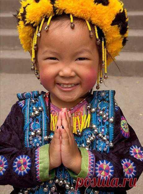 Будьте щедры, благородны, великодушны. Если мы проявляем любовь лишь к некоторым людям, то со временем наша любовь утратит свою свежесть. Если мы овладели великим искусством создавать мысли любви в нашем уме, чувства и внутреннее отношение любви в нашем сердце, если мы дарим любовь каждому встречному в форме чистых вибраций, доброго взгляда, то со временем любовь украсит каждый уголок нашей жизни.