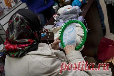 Вязание без спиц и крючка. С помощью чего рукодельницы делают шапки или шарфы. Фото их изделий и моих.   Пряжемания   Яндекс Дзен