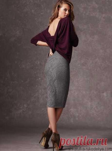 Прямая вязаная юбка карандаш спицами с красивым узором по центру.