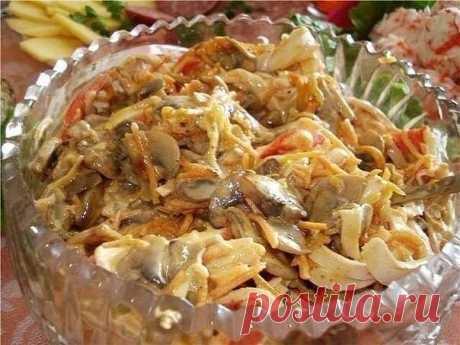 """Салат """"Убей меня нежно""""  Салат очень вкусный, и очень калорийный, отсюда и название))  Ингредиенты: - 2-3 шт лука - 250-300 гр шампиньонов - 1 упаковка крабовых палочек - 1 морковь (отварить) - растительное масло - соль (по вкусу) - укроп - листья салата (для украшения)  Приготовление: 1. Режем тонкими полукольцами 2-3 луковицы 2. Обжариваем до золотистого цвета на растительном масле 3. Режем кубиками грамм 250-300 шампиньонов 4. Обжариваем до корочки и солим 5. Упаковку к..."""