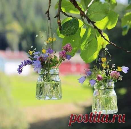 В душе весна, а это значит, Насыщен краской этот мир, Смущаясь, мы улыбки прячем, Идем или вприпрыжку скачем Глоток весны вдохнуть спешим...