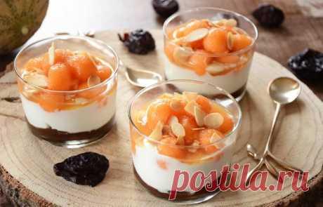Десерт с дыней и кремом из чернослива