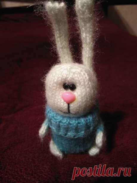 Зайка в свитере. Вязаные игрушки- подарок любимым.