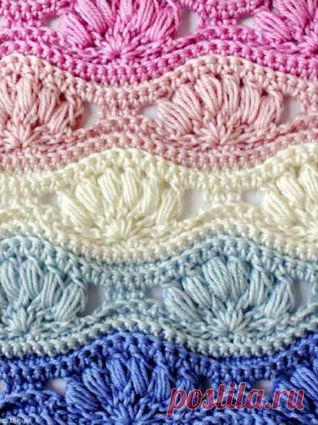 Волнистый узор из разноцветных ракушек