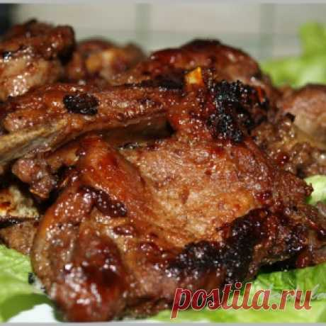 Mutton ribs under prunes and onions