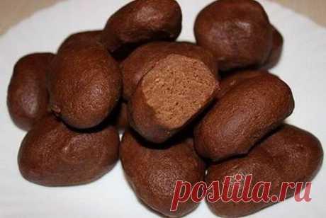 """Пирожное """"Картошка"""" для ваших маленьких сладкоежек:) Ингредиенты: 500 гр. крошек печенья 200 гр. сливочного масла 200 гр. сахара 2-4 ст.л. какао 150-200 мл молока ванилин, корица по вкусу Приготовление: Печенье измельчить в кухонном комбайне. К печенью высыпать какао, сахар, ванилин и корицу, перемешать. Растопить сливочное масло, вылить к печенью. Молоко немного подогреть и тонкой струей влить к печенью. Из теста сформировать пирожное и убрать в холодильник на несколько часов."""