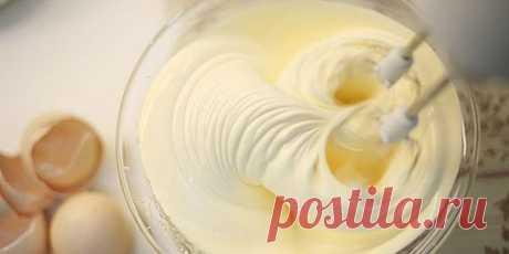 Крем для любой выпечки, словно мороженное Ингредиенты:   сметана — 500 граммов(сметану лучше брать жирную, идеально — домашнюю)  сахарный песок — 180 граммов  масло сливочное размягченное — 250 граммов  лимонная цедра  яйца куриные — два яйца  мука пшеничная — три столовых ложки  ванильный сахар — один стандартный пакетик