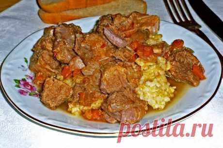 Говядина в сливках на сковороде рецепт с фото В нашем мясном меню - тушёная говядина в сливках на сковороде. Аппетитное и ароматное мясо может украсить не только повседневный, но и праздничный стол. При правильном приготовлении оно приобретает нежный сливочный вкус. Такое блюдо вполне можно подать на детский праздник. Смотрим, как приготовить говядину в сливках...