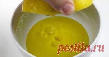 Выжми 1 лимон, смешай с 1 столовой ложкой оливкового масла… Теперь вовек меня не забудешь!  Если процедуру, описанную ниже, проводить ежедневно, то эффект можно почувствовать примерно через месяц. А улучшение здоровья начнется уже через неделю. Всё, что тебе нужно, — ежедневно натощак выпивать 1-2 ст. л. растительного масла, смешанного с соком половины лимона. Это лекарство активизирует выброс желчи, чем стимулирует опорожнение кишечника. Желчь промывает все протоки печени, что помогает вывод