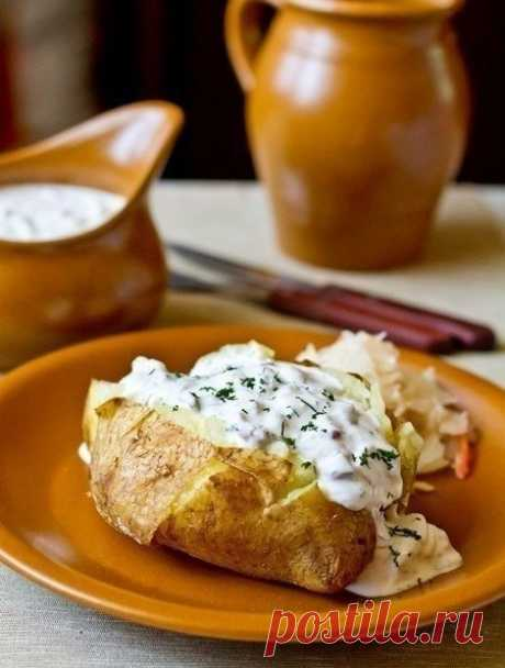 Печеный картофель с селедочным соусом  Ингредиенты на 6 порций:  6 крупных картофелин соль по вкусу 400 г филе сельди 1 маленькая красная луковица (белая салатная тоже пододет) 2 зубчика чеснока 100 г корнишонов небольшой пучок укропа 600 г сметаны (от 25% жирности)  Картофель тщательно моем щеткой. Накалываем в нескольких местах зубочисткой, натираем солью и растительным маслом. Каждую картофелину заворачиваем в кусок фольги. Отправляем в разогретую до 220 градусов духовк...