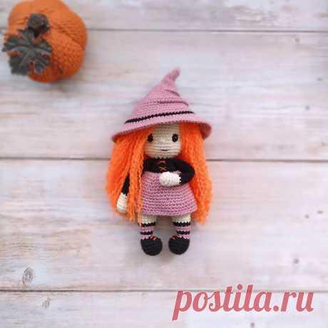 PDF Ведьмочка крючком. FREE crochet pattern; Аmigurumi doll patterns. Амигуруми схемы и описания на русском. Вязаные игрушки и поделки своими руками #amimore - кукла, куколка, девочка, шляпа ведьмы, ведьмочка, Хэллоуин.