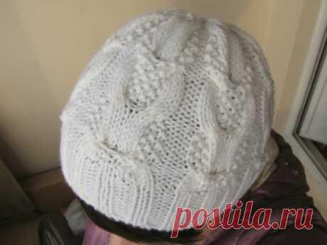 Белая шапка спицами - Пуговка - вязание спицами и крючком для всех