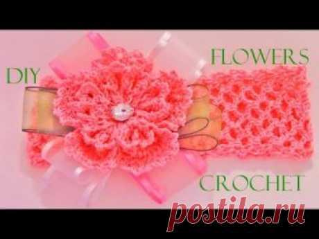 En este vídeo les enseño hacer paso a paso una hermosa y muy fácil flor tejida a crochet o ganchillo en una diadema con arreglo de moños en cintas de organza...