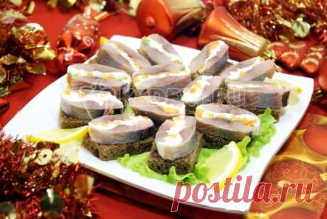 "The snack ""New Year's seledochka\"" Tasty roll from a herring with cheese and carrots on small slices of bread, will become super snack on your New Year's table."