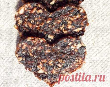 Полезное печенье с черносливом и орехами  Итого на 100 грамм- 224 ккал Б/Ж/У 5.7 / 9.0 / 30.8  ИНГРЕДИЕНТЫ финики - 50 гр чернослив - 50 гр фундук 50 гр отруби овсяные/льняные или клетчатка - 50 гр пюре из яблок/груш (можно для детского питания) - 250 г какао-порошок или кэроб - 1 ст л  1. Орехи мелко истолочь до состояния пасты, лучше всего в ступке. 2. Из фиников и чернослива удалить косточки и пропустить через мясорубку или измельчить блендером. 3. Смешать ор...