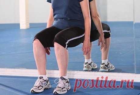 Здоровые ноги после 45лет: 10упражнений отболи вступнях, коленях ибедрах | ВАШ СПОРТ Ихможно выполнять, невыходя издома. Аулучшение наступает после нескольких тренировок.