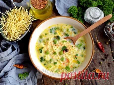 Сырный суп с яичной лапшой и зеленым горошком — рецепт с фото Сырный суп с яичной лапшой и зеленым горошком — легкое диетическое первое блюдо с необычным вкусом.