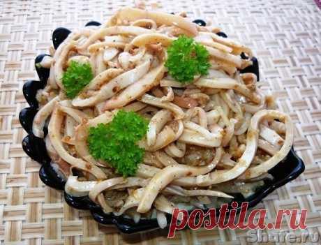 Хе из кальмаров  Кальмары свежемороженные – 1.5 кг растительное масло – 5 ст.л. яблочный или рисовый уксус – 1 ст.л. соевый соус – 1 ст.л. кунжутное семя – 1 ч.л. кориандр молотый – 1 ч.л. соль – 1 ч.л. сахар 1 ч.л. красный и черный перец – по 1 ч.л. лук репчатый – 1 шт по желанию чеснок – 5-7 зубчиков  Мороженные кальмары залить горячей водой. Очистить от внутренностей и пленки. Очищенные кальмары нужно отварить. На плите вскипятить воду, слегка посолить. Кусочки кальмаро...