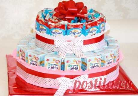 """Делаем торт из барни и сока в детский сад Это торт-комплимент, торт-подарок, торт-угощение, который дети разберут на """"кусочки"""" в честь дня рождения вашего ребенка. Уместен он будет и на выпускном вечере. Приготовить его просто. А детской радо..."""