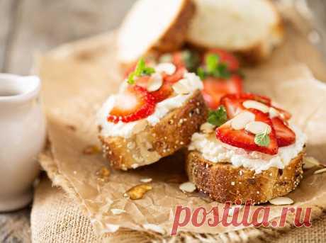 Бутерброд с клубникой. Минимум калорий и отличный вкус. Этот вариант идеален для лета. Он не только вкусный (что обеспечивает сочетание клубники с со сливочным сыром), но ещё и весьма полезный, и малокалорийный.