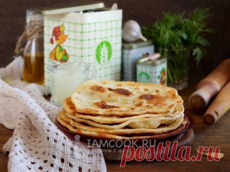 Лепёшки на сыворотке на сковороде — рецепт с фото Простейшие тонкие лепешки подавайте вместо хлеба к первым блюдам и вприкуску с чаем.