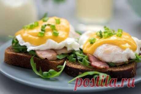 7 интересных рецептов завтраков из яиц | Краше Всех Завтраки из яиц хороши тем, что их можно быстро приготовить и вкусно подать. Из-за высокой питательной ценности они прекрасно насыщают и дают возможность спокойно дожить до обеда без перекусов. А самое главное — их любят и взрослые, и дети. Итак, что можно сделать из яиц на завтрак,крометрадиционного омлета или глазуньи?Яйцо бенедикт для королевского завтрака Вкусный и необычный завтрак из яиц с руколой, беконом и голла...
