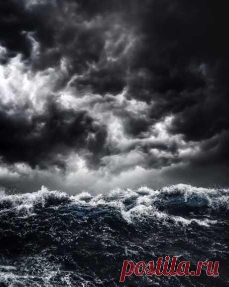Бурные пляжи Гавайев в работах фотографа Джейсона Райта Пейзажи Гавайев в работах Джейсона Райта отличаются от типичных изображений. Вместо того, чтобы показать песчаные пляжи и пальмы, фотографии Райта