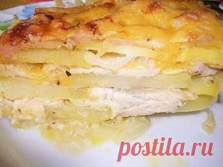 Картофельная запеканка с курицей и сыром (по-французски). Ингредиенты: Картошка – 600г. Лук – 150г. Куриное филе – 500г. Твердый сыр – 250-300г. Чеснок – 3-4 зубчика. Сметана – 250-350 мл. Майонез – 2ст. ложки. Соль, перец, специи. Пригoтoвление: Тонко порезать куриное филе. Порезать ломтиками чеснок. Смешать майонез, курицу, чеснок, соль, перец и специи по вкусу. Все хорошо перемешать и дать постоять 20 минут. Лук порезать тонкими колечками. Сыр натереть на крупной терке. Смешать сметану