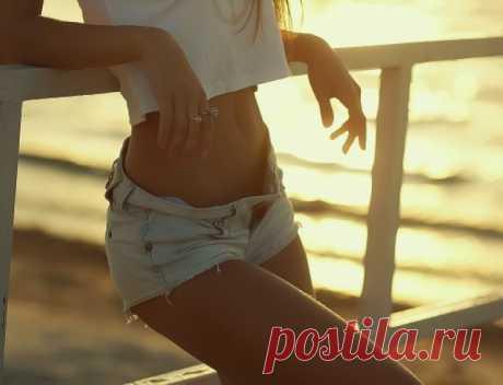 Хотите летом на пляже не прятать свое тело за парео, хотите чтобы мужчины провожали вас восхищенными взглядами? Если да то нужно позаботится об этом уже сейчас! Как убрать жир с живота и с боков и обзавестись завидной, тонкой талией. Этого можно добиться выполняя комплекс упражнений и для этого не обязательно ходить в спортзал, заниматься можно дома, что само по себе уже огромный плюс
