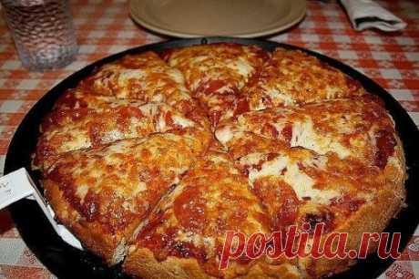 """""""Пицца (самая быстрая) на сковороде за 10 минут"""" Ингредиенты: - 4 ст.л. сметаны - 4 ст.л. майонеза - 2 яйца - 9 ст.л. муки (без горки) - сыр Приготовление: 1. Тесто получается жидкое, как сметана, его выливаем на сковороду смазаную маслом, сверху положить начинку (томат, колбаса, солёные огурчики, оливки, помидоры и др.) 2. Заливаем майонезом, и сверху толстый слой сыра. 3. Ставить сковородку на плиту, на несколько минут, огонь большой не делайте!!!  4. Сковороду сразу накрыть крышкой. Как тольк"""