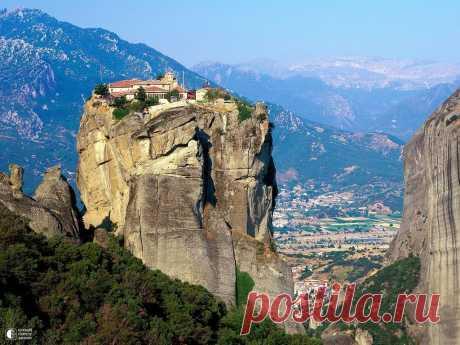 Удивительные православные монастыри Метеоры Метеоры - один из крупнейших монастырских комплексов в Греции, прославленный, прежде всего, своим уникальным расположением на вершинах скал. Монашеский центр был образован около X века и с тех пор сущ…