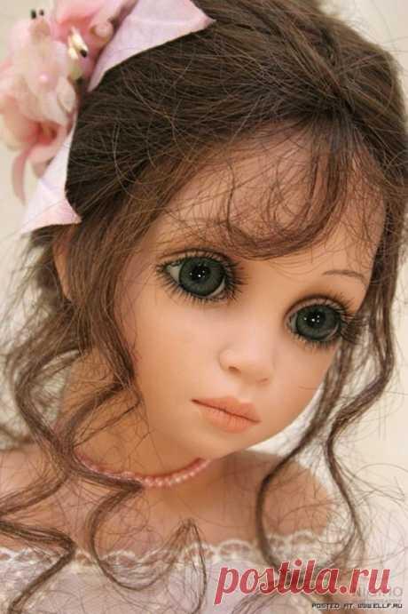 Кажется, что в их глазах отражается не только кукольная душа, но душа каждого, кто в них заглянет.Они полны нежности и чувственности, дополняя в целом образ задумчивых красавиц. И это не удивительно. Сама Сью Линг Ванг подтверждает, что глаза действительно не простые. Для каждой куклы художница разрабатывает отдельный эскиз и заказывает у художника-стекольщика, который выдувает их ручным способом из специального стекла высокого качества.