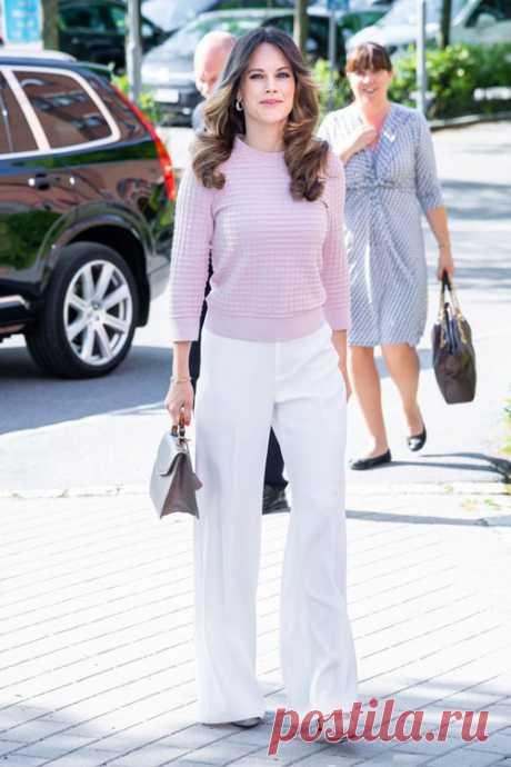 Белые брюки и тонкие свитера — простой способ хорошо выглядеть на работе Шведской принцессе Софии понравилось сочетание белых брюк и тонких трикотажных свитеров!Шведские женщины одни из самых стильных среди женщин скандинавских