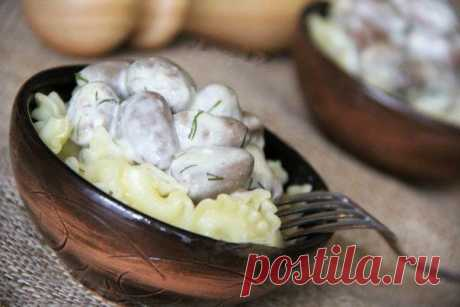 Куриные сердечки в нежнейшем сырном соусе! Готовится это блюдо очень просто, а вкус просто фантастический