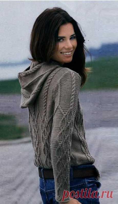 Удобный пуловер с капюшоном