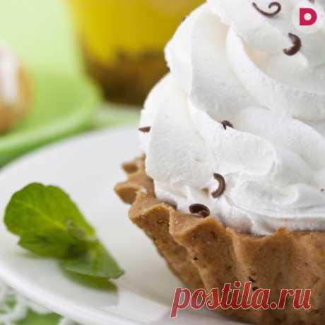 Пышный и нежный сливочный крем отличается высокими питательными и вкусовыми свойствами. Делается он из жирных сливок, сахара, яиц, часто с добавление желатина и других компонентов (орехов, какао, лимонной или апельсиновой цедры, ягод и сухофруктов). Сливочный крем можно использовать для пропитки бисквитных тортов и пирожных или подавать в качестве десерта.