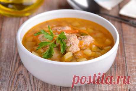 Быстрый суп с фрикадельками.  Готовим потрясающе ароматный и быстрый суп с фрикадельками, картошкой, репчатым луком, морковью, петрушкой и укропом. Красивый цвет супу добавит сладкая паприка.