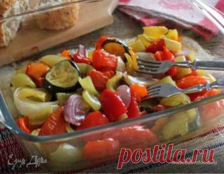 Hortalizas perfumadas en el horno. Los ingredientes: el pimiento búlgaro verde, el pimiento búlgaro rojo, el pimiento búlgaro amarillo